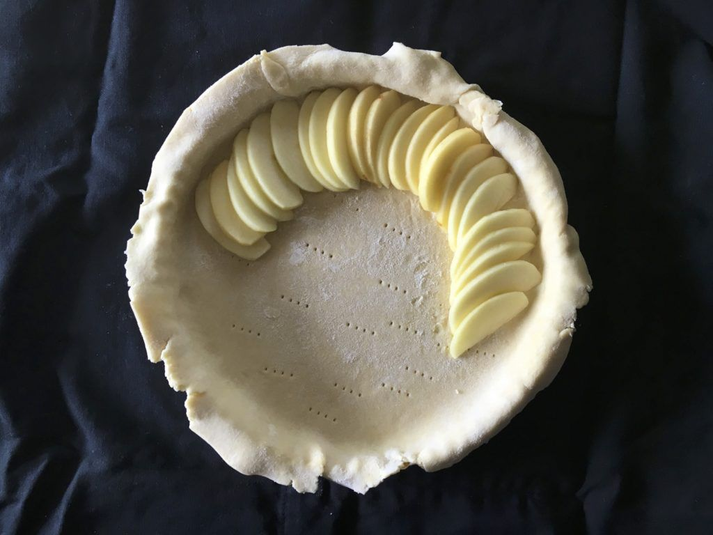 crust with sliced apples
